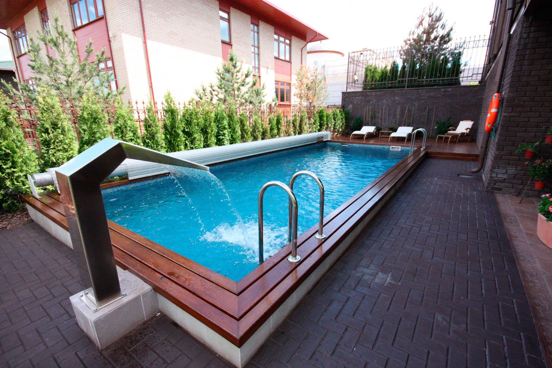 Уличный бассейн с покрытием и водопадом в частном доме Allpools