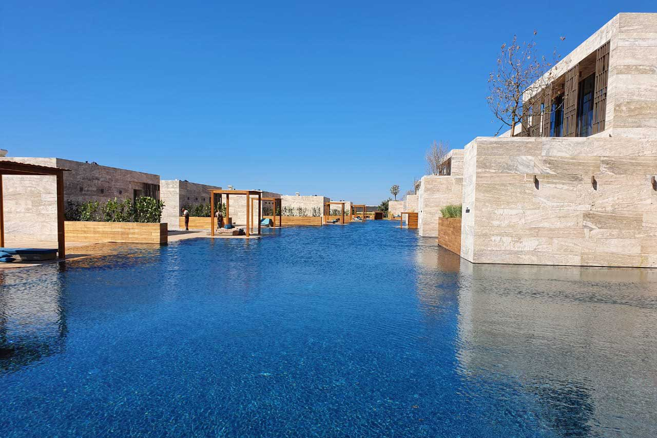 MRIYA Resort & SPA - Огромный Infinity бассейн возле виллы Allpools