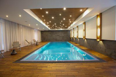 Частный уютный бассейн с освещением