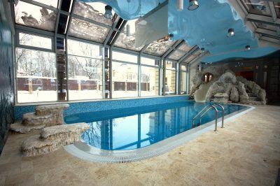 Частный бассейн с морским дизайном интерьера