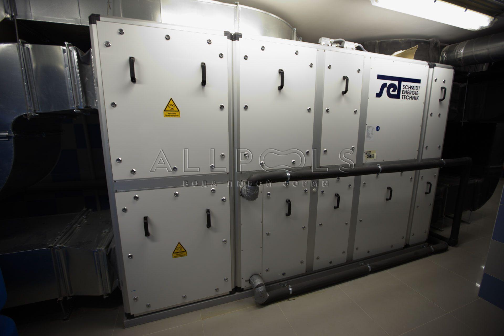Оборудование вентиляции SET Schmidt Energie Technik в подвале бассейна