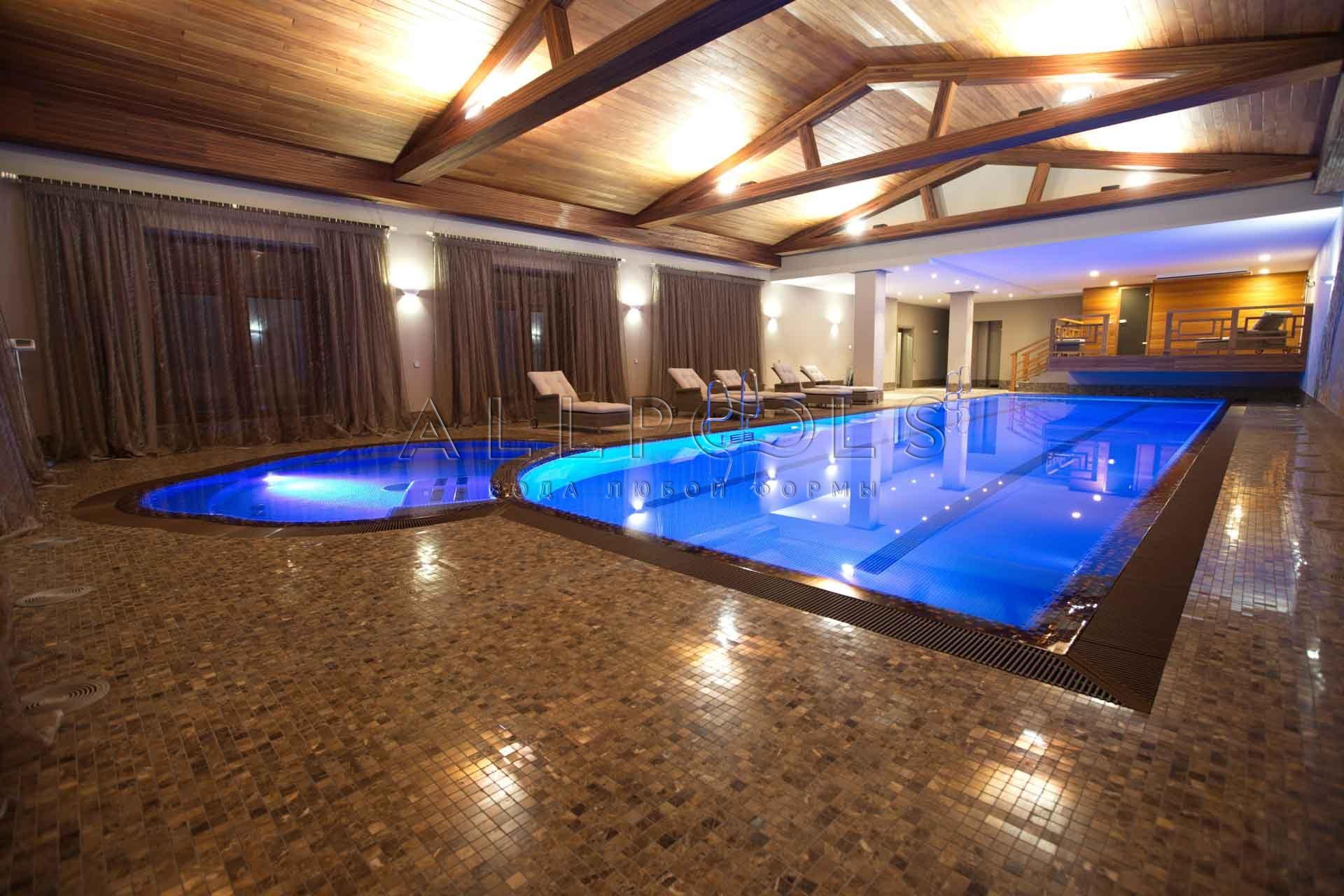 Разноцветное освещение в бассейне с джакузи. Ярко-синий цвет