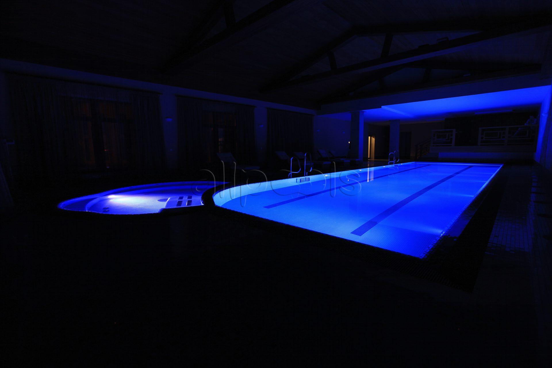 Разноцветное освещение в бассейне с джакузи. Ярко-синий цвет с выключенным светом