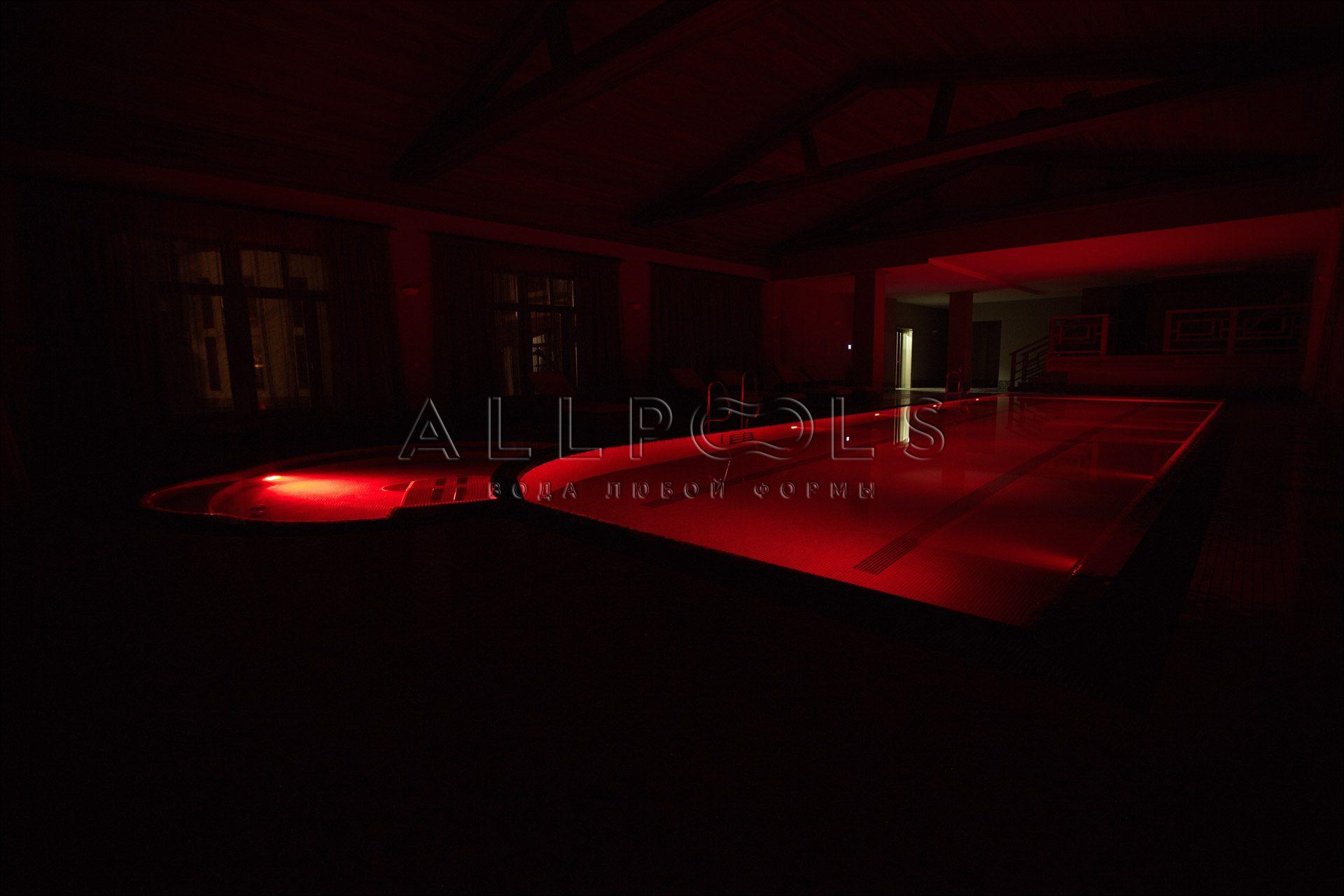 Разноцветное освещение в бассейне с джакузи. Красный цвет с выключенным светом (в темноте)