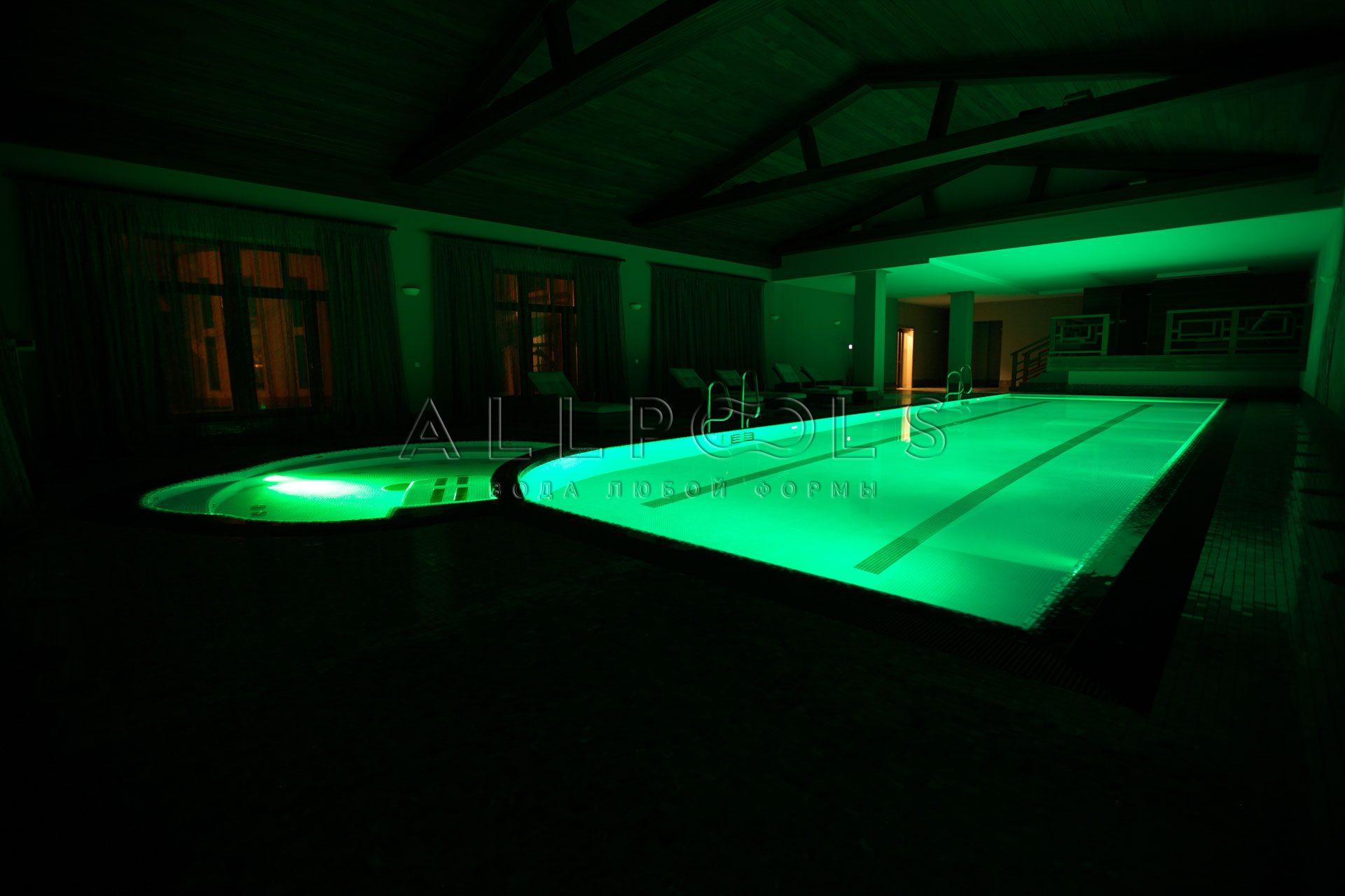 Разноцветное освещение в бассейне с джакузи. Зеленый цвет с выключенным светом (в темноте)