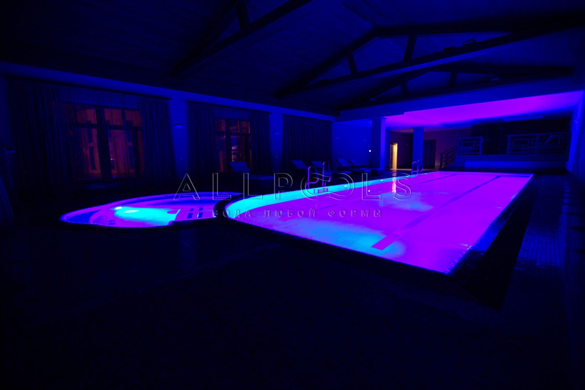 Разноцветное освещение в бассейне с джакузи. Фиолетовый цвет с выключенным светом (в темноте)
