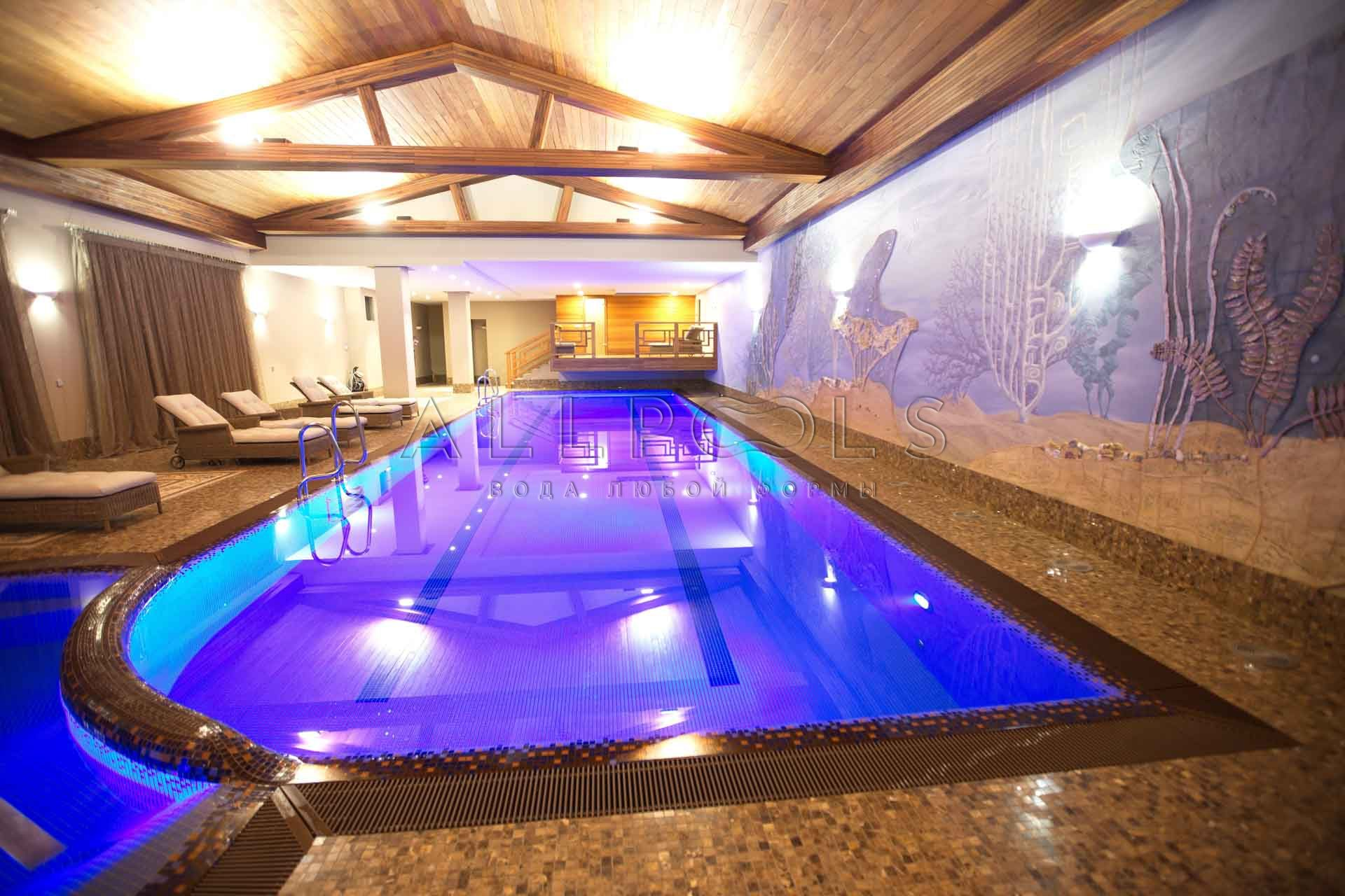 Фиолетовое освещение в частном бассейне в спа зоне