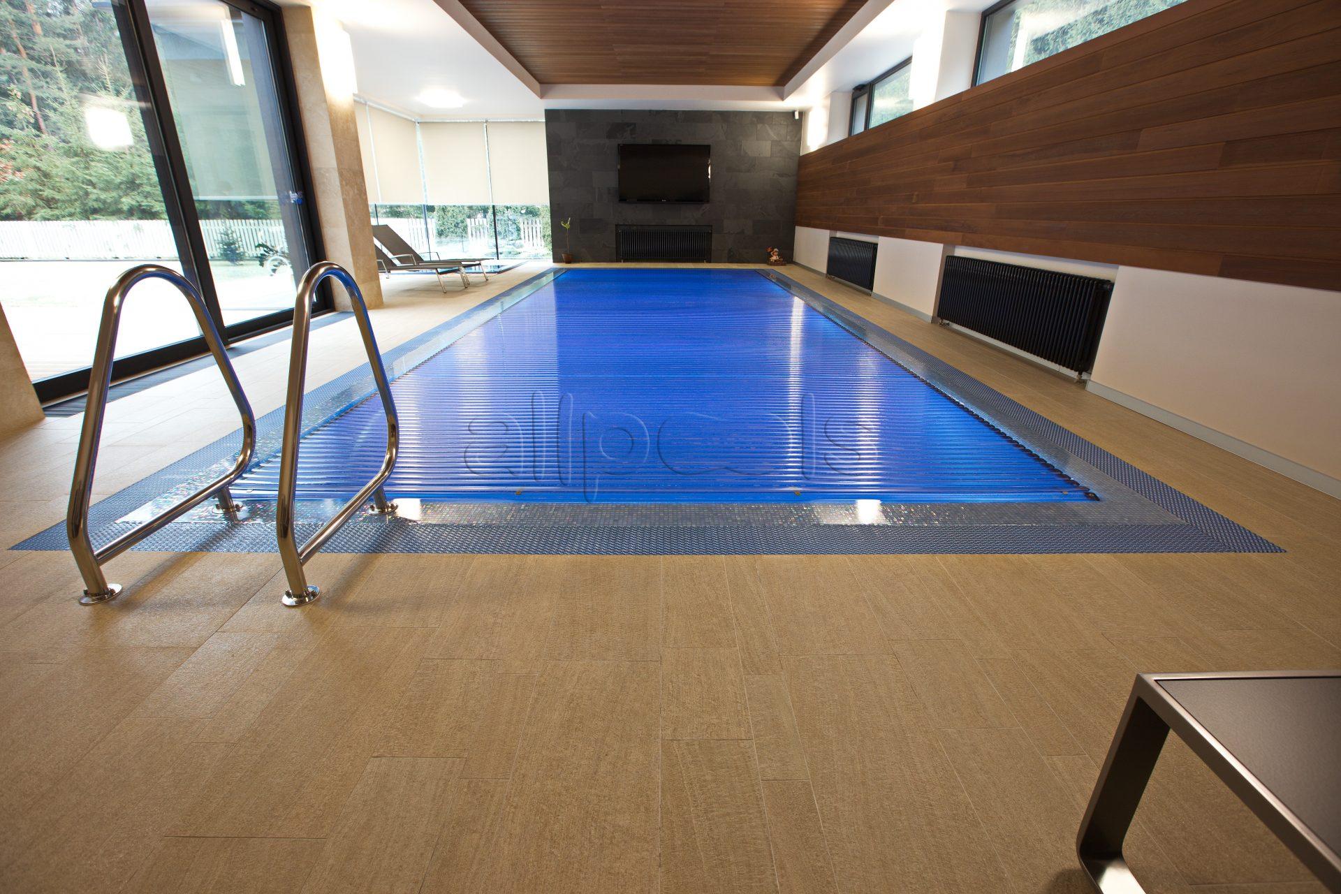 Сматывающееся плавающее покрытие в частном бассейне, на котором можно стоять