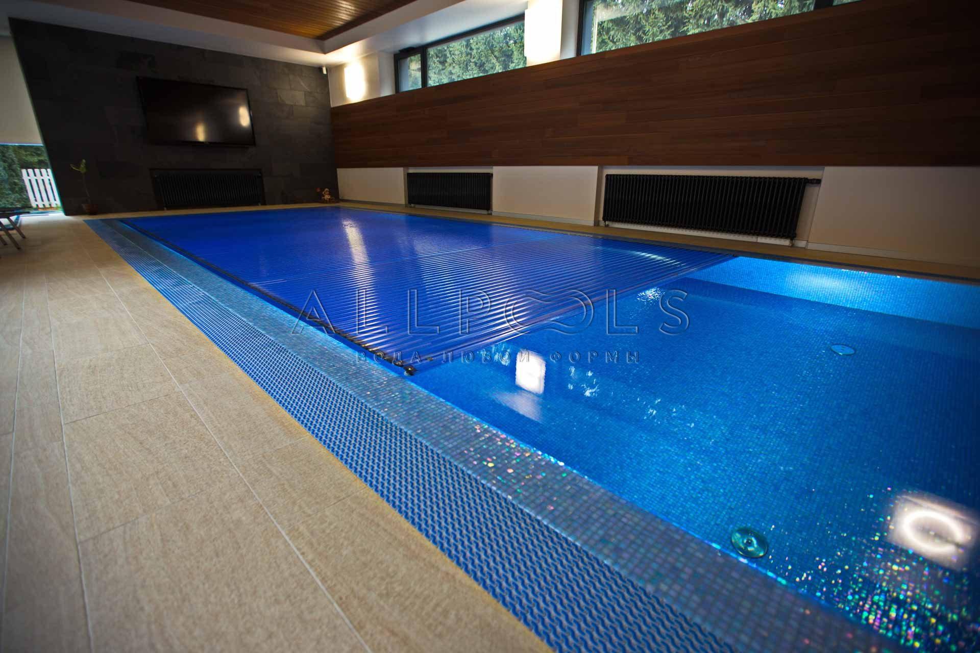 Фото сматывающегося покрытия для бассейна в частном доме