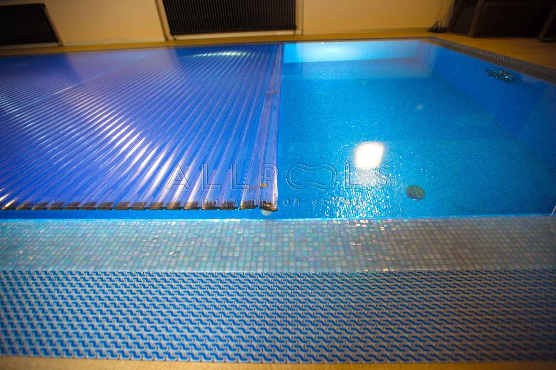 Плавающее покрытие для бассейна T&A установленное в частном бассейне