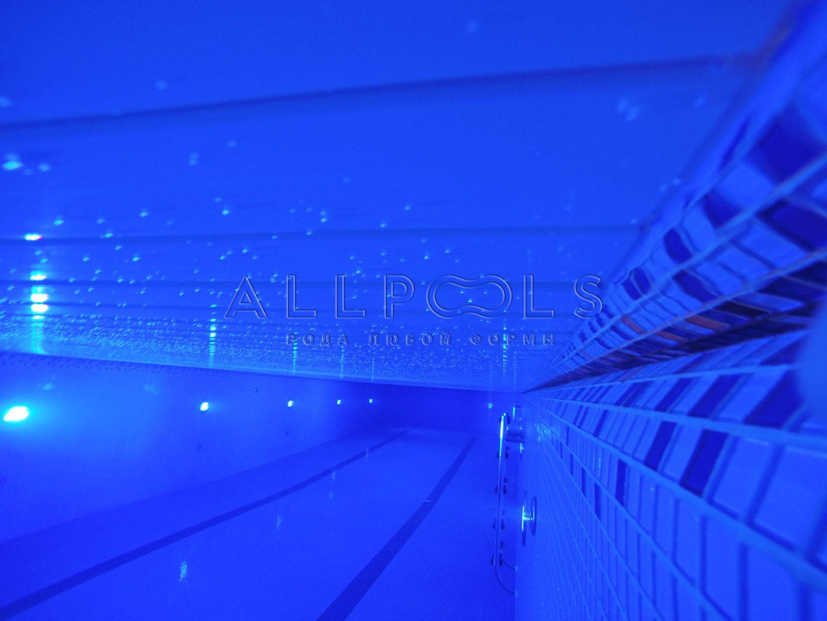 Глубокий бассейн с освещением и отделкой мозаикой. Фото под водой.